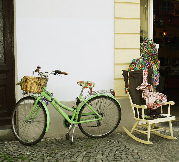 Ein Fahrrad und ein Schaukelstuhl