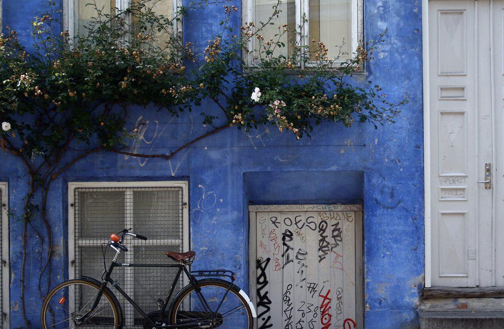 Fahhrad und ein blaues Haus
