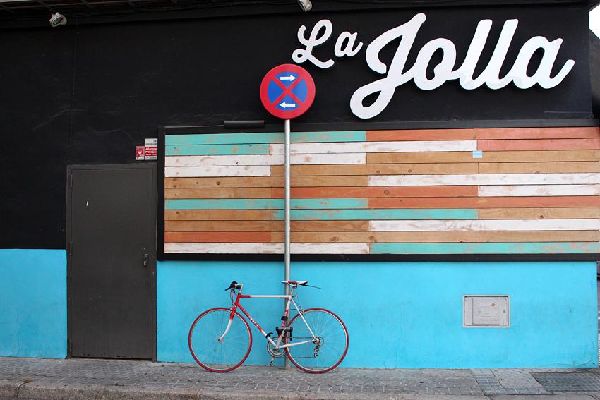 Fahrrad am Straßenschild